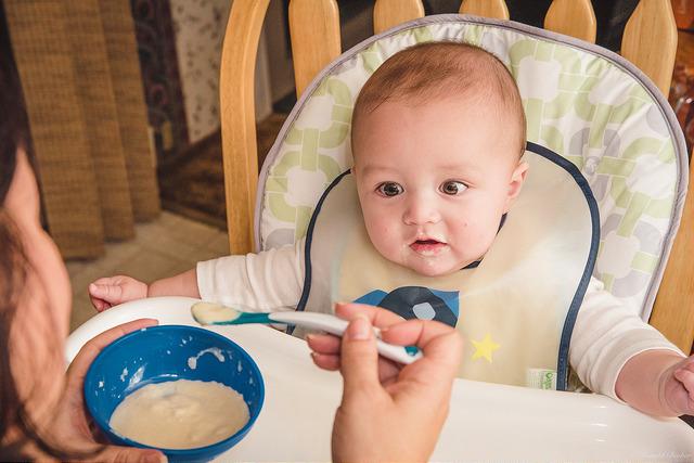 離乳食を食べたがる外国の赤ちゃん